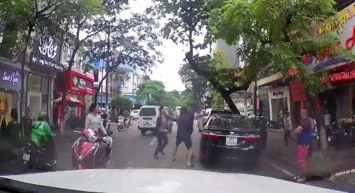 """VIDEO: Lái xe """"hổ báo"""" đi ngược chiều gặp đúng thợ săn và cái kết thảm"""