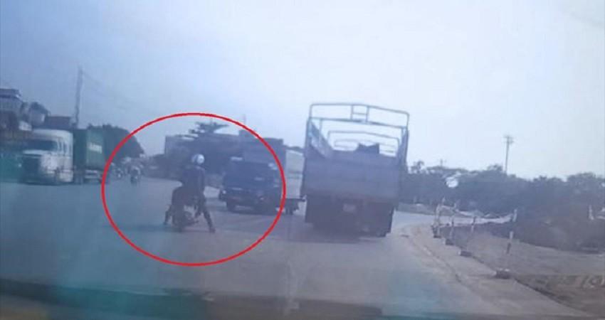 Vượt ẩu giữa ngã ba, xe máy bị xe tải tông trúng