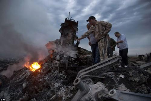 Hiện trường máy bay MH17 rơi (Ảnh: AP)