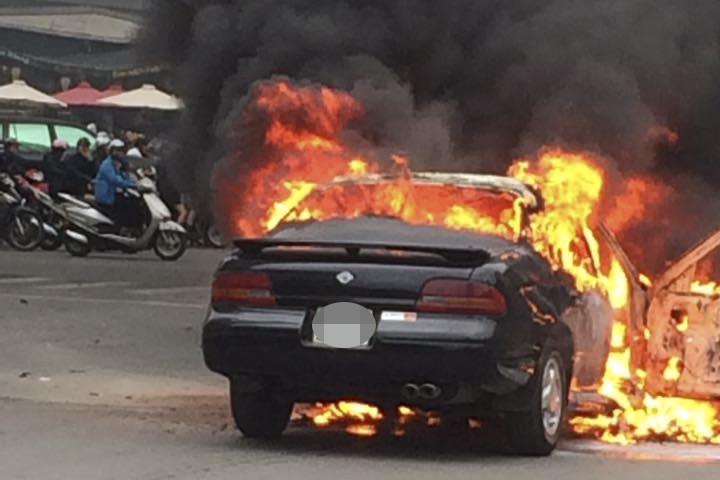 Chiếc xe bốc cháy dữ dội. Ảnh otofun