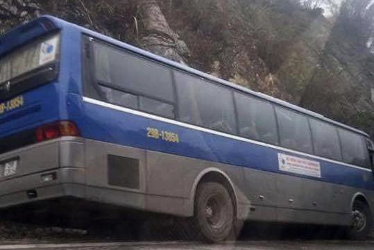 Chiếc xe khách chở học sinh trên đường xảy ra tai nạn.