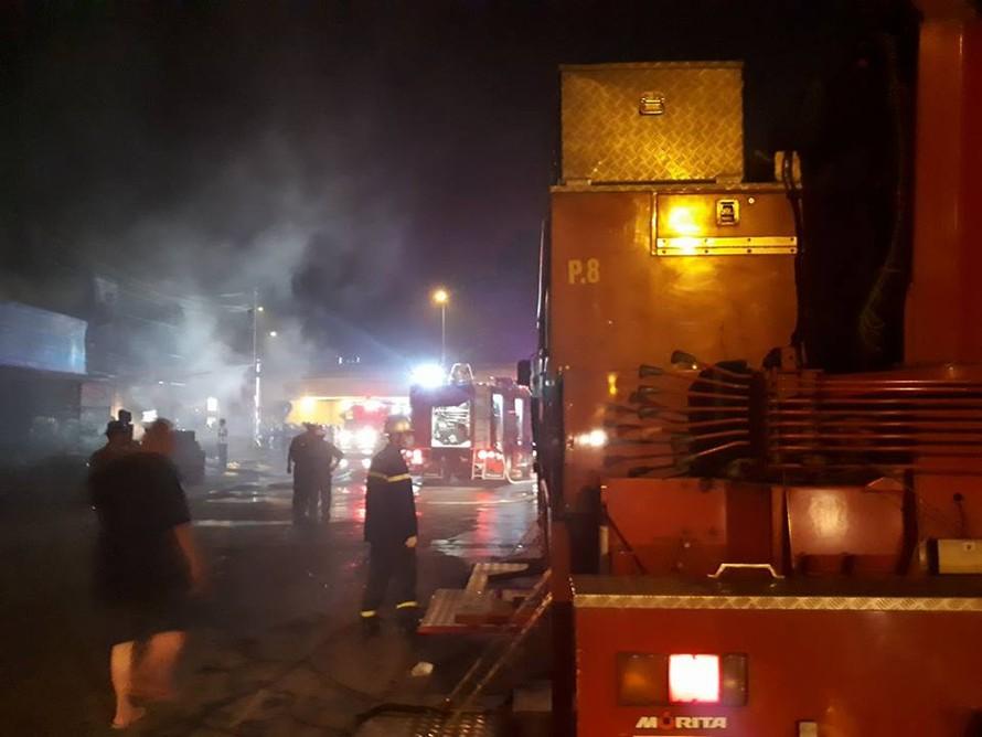 Đám cháy bùng phát tại cửa hàng bán điều hòa. Ảnh: Otofun