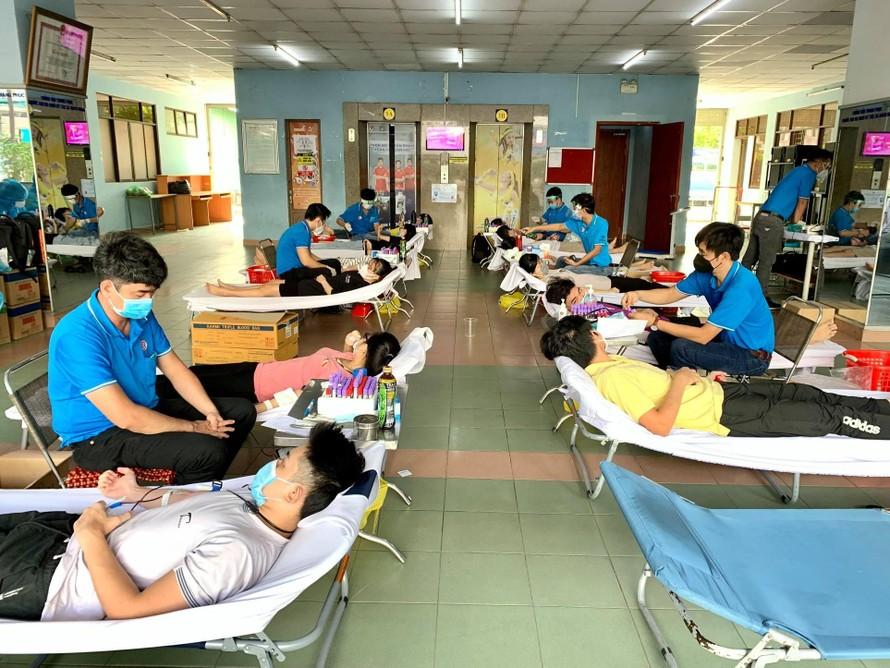 Đang thực hiện giãn cách tại KTX, 150 sinh viên tình nguyện hiến máu cứu người mùa dịch