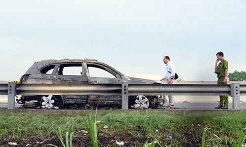 Ôtô bị cháy rụi trơ khung trên cao tốc. Ảnh: Hồ Nam.