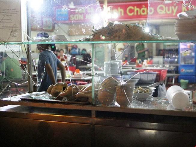 Hiện trường quán cháo gà trên đường Phan Xích Long bị nhóm giang hồ đập phá.