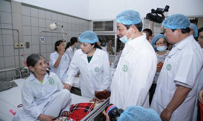 Bộ trưởng Bộ Y tế thăm bệnh nhân từ Hoà Bình xuống chạy thận tại BV Bạch Mai