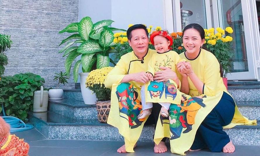 Vợ chồng cựu người mẫu Phan Như Thảo và bé Bồ Câu.
