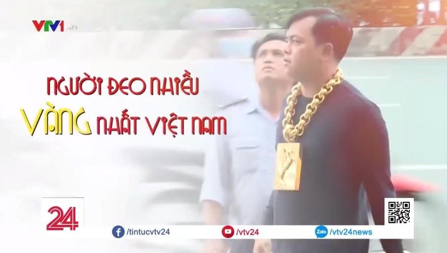 Phúc XO vừa bị tạm giữ từng lên sóng VTV vì đeo 13kg vàng