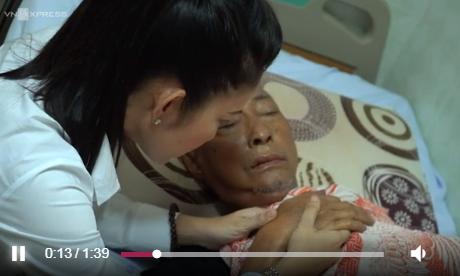 Nghệ sĩ Lê Bình đã tỉnh táo nhưng sức khỏe vẫn rất yếu sau đợt hóa trị. Ảnh chụp màn hình.