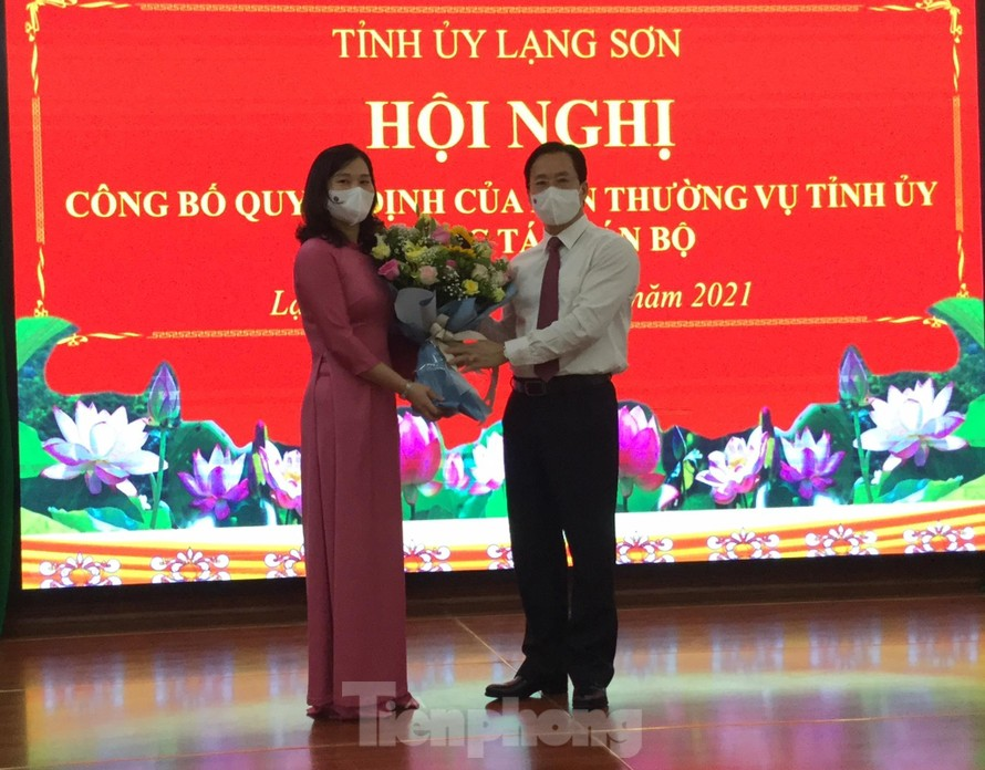 Tân Bí thư huyện ủy Chi Lăng Trần Thanh Nhàn (bìa phải) nhận Quyết định và hoa của Lãnh đạo Tỉnh ủy Lạng Sơn -Ảnh: Duy Chiến