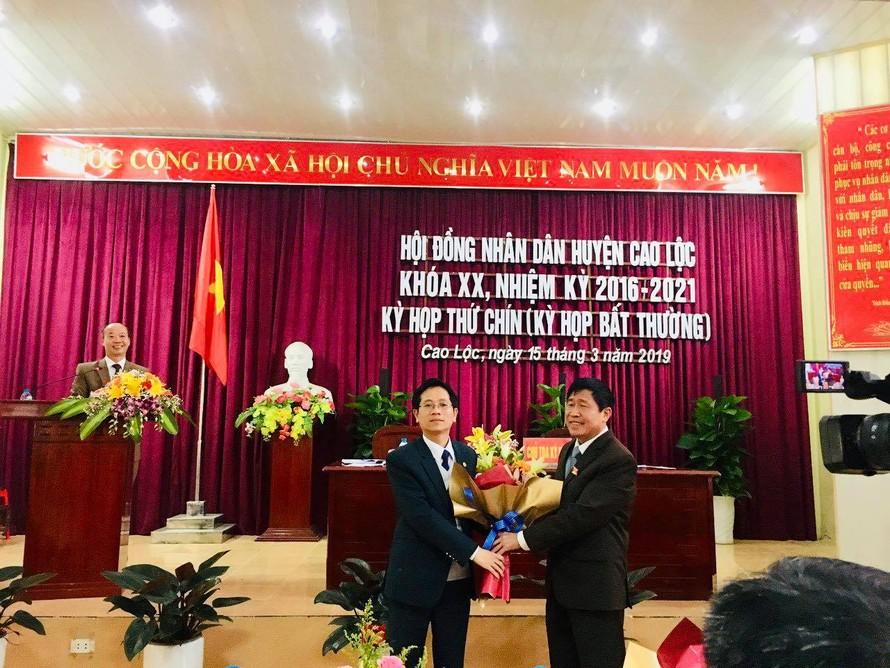 Ông Nguyễn Duy Anh (bìa trái) nhận hoa chúc mừng của lãnh đạo Huyện ủy Cao Lộc .Ảnh: Duy Chiến