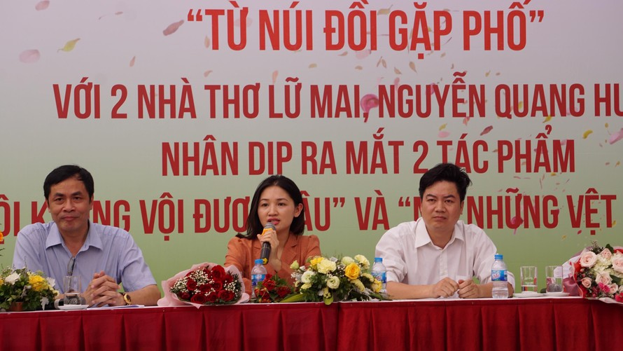 Hai nhà thơ trẻ ra mắt tản văn về Hà Nội. Ảnh: Nguyên Khánh