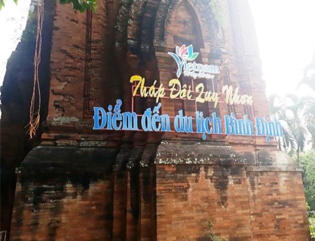 Tháp Chăm ở Bình Định bị khoan, đục và bắt vít treo biển quảng bá du lịch