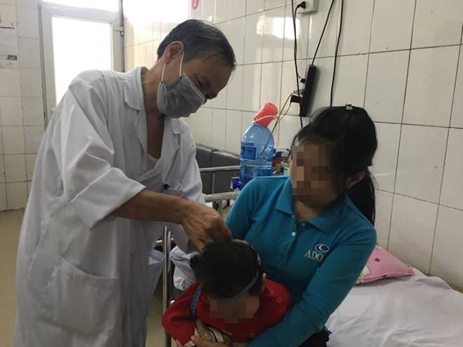 Bác sĩ Tâm thăm khám cho bệnh nhi bị bại não. Ảnh: Hà Quyên.