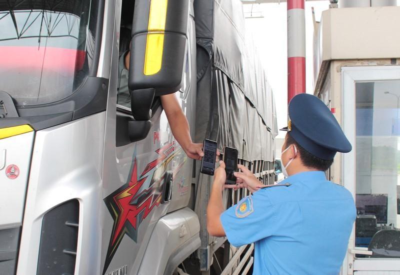 Thanh tra quét mã bằng điện thoại, kiểm tra giấy luồng xanh lái xe tại chốt Pháp Vân - Cầu Giẽ ngày 17/9. Ảnh: T.Đảng