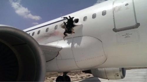 Lỗ thủng lớn trên khoang sau vụ nổ máy bay. Ảnh: ITV