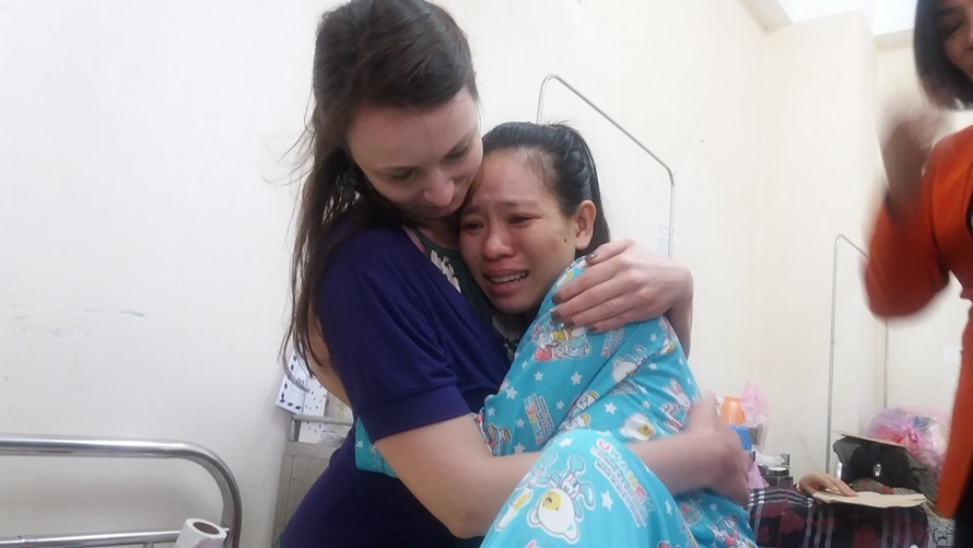 Chị Nga và bác sĩ Fiona ôm chặt lấy nhau khi gặp lại