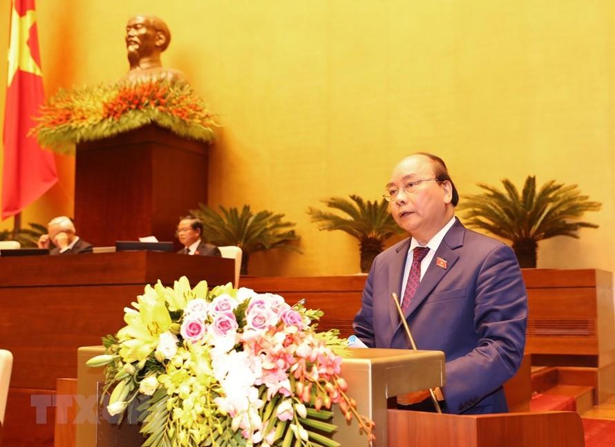 Thủ tướng Chính phủ Nguyễn Xuân Phúc trình bày Báo cáo về tình hình kinh tế - xã hội năm 2018 và kế hoạch phát triển kinh tế - xã hội năm 2019. Ảnh: TTXVN