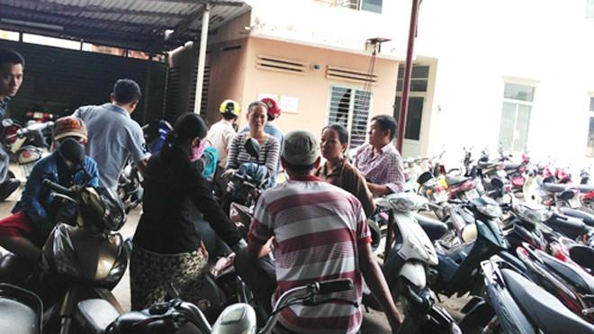 Người nhà, hàng xóm thương tiếc bà Cúc đang chờ trước nhà xác Bệnh viện Đà Nẵng để nhận thi thể về tổ chức tang lễ