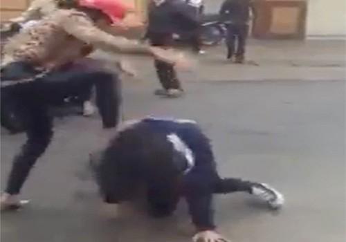 Nữ sinh lớp 10 bị đàn chị lột đồ, dẫm lên người. Ảnh: Cắt từ clip
