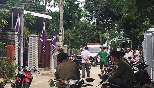 Cảnh sát phong tỏa căn nhà nơi phát hiện hai mẹ con bị sát hại ở Khánh Hòa