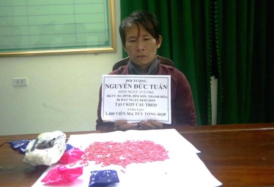 Phụ xe container giấu 1.400 viên ma túy trong áo khoác