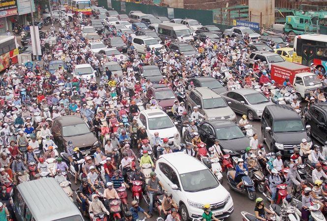 Với việc có thêm đường sắt đô thị trên cao, đường Nguyễn Trãi được Sở GTVT lựa chọn thí điểm cấm xe máy. Ảnh: A. Trọng