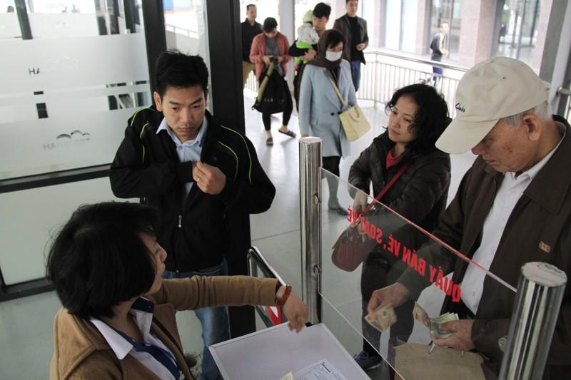 Nhiều người đặt mua vé tháng trong ngày đầu bán vé BRT
