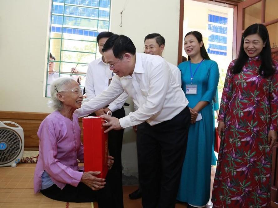 Bí thư Thành ủy Hà Nội Vương Đình Huệ thăm hỏi người có công đang được chăm sóc tại Trung tâm Nuôi dưỡng và Điều dưỡng người có công số 2 Hà Nội