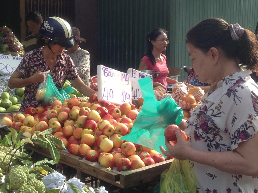 Táo Mỹ giá bèo 40.000 đồng/kg, dân Sài Gòn chen nhau mua