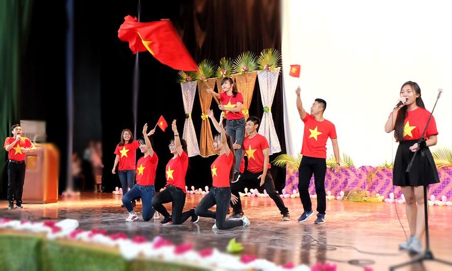 Đoàn viên, sinh viên Việt Nam tại Cuba biểu diễn trong Gala Châu Á tại Cuba.