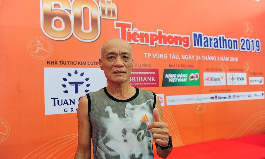 Lão tướng 66 tuổi Nguyễn Đỗ Hùng chinh phục cự ly full marathon giải Tiền Phong. Ảnh: Tường Kha