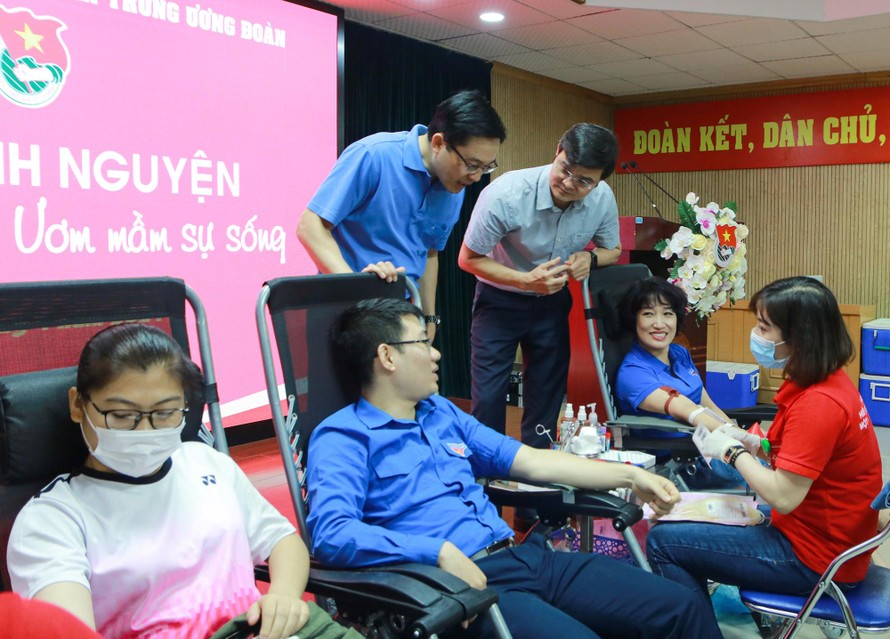 Anh Bùi Quang Huy động viên người tham gia hiến máu.