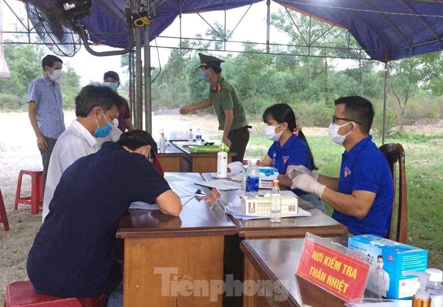 Hai vợ chồng Hưng và Hương trực tại chốt kiểm soát dịch. Ảnh: NVCC