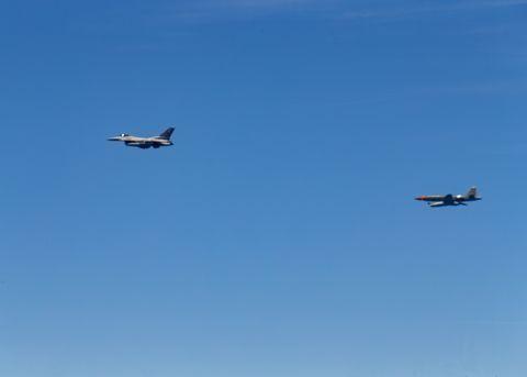 """Máy bay không người lái UTAP-22 """"Skyborg"""" theo sau máy bay chiến đấu F-16./Không quân Mỹ"""
