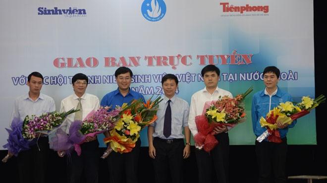 Các vị khách mời tham dự buổi giao lưu và ông Trần Thanh Lâm - Phó TBT báo Tiền Phong (thứ ba từ phải sang)