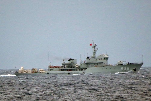 Tàu quân sự quét mìn 839 của Trung Quốc liên tục quần thảo, uy hiếp, ngăn cản lực lượng tàu CSB Việt Nam