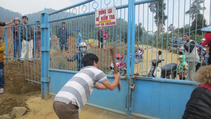 Người dân vây nhà máy vàng Phước Sơn để đòi nợ hồi cuối năm 2013. Ảnh: Nguyễn Thành
