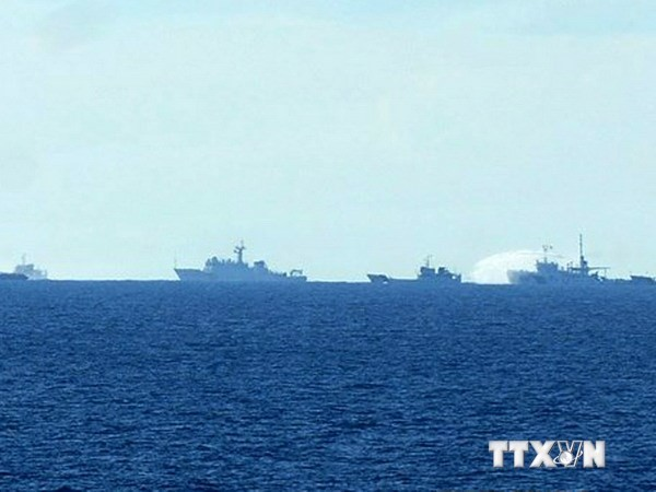Tàu Trung Quốc vây ép, sử dụng vòi rồng phun nước về phía các tàu chấp pháp của Việt Nam. Ảnh: Sơn Bách/Vietnam+