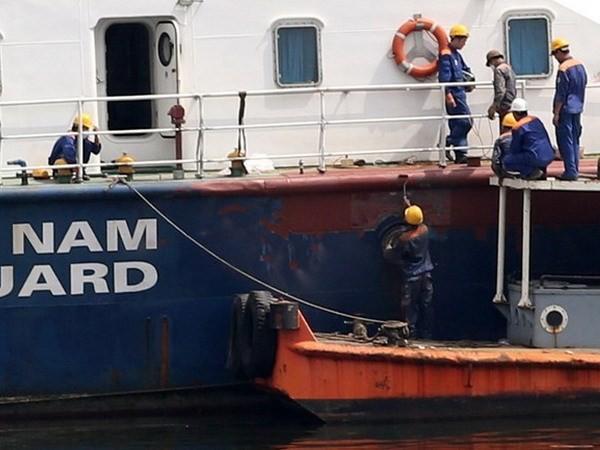 Sữa chữa tàu cảnh sát biển Việt Nam bị tàu Trung Quốc đâm. (Nguồn: TTXVN)