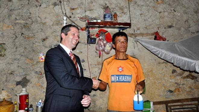 Đại diện Công ty Philips trao quà tặng cho hộ gia đình không nằm trong hệ thống điện lưới quốc gia