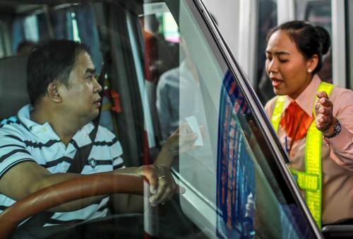 Tài xế tranh cãi với nhân viên BOT Cai Lậy về giá vé qua trạm thu phí tháng 8/2017. Ảnh: Nguyễn Thành.