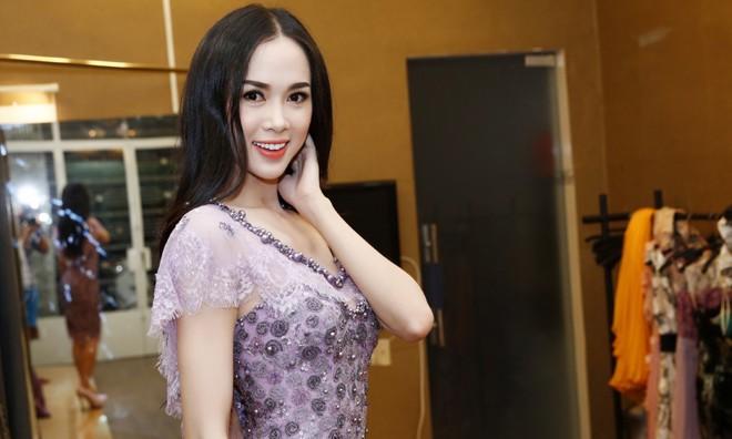 Vũ Ngọc Anh khoe vóc dáng nóng bỏng trong bộ đầm dạ hội của NTK Hoàng Hải.