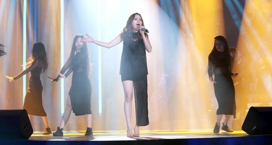 Lưu Hương Giang khoe chân dài gợi cảm trên sân khấu Sao Mai Điểm Hẹn.