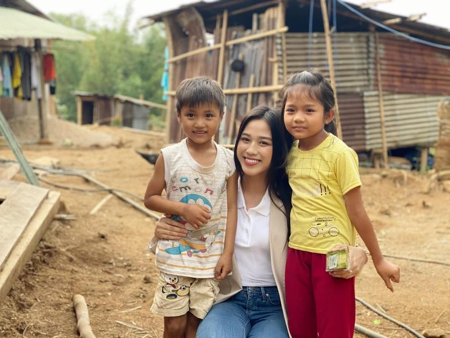 Hoa hậu Đỗ Thị Hà trèo đèo lội suối đi khảo sát dự án Nhân ái cho Miss World