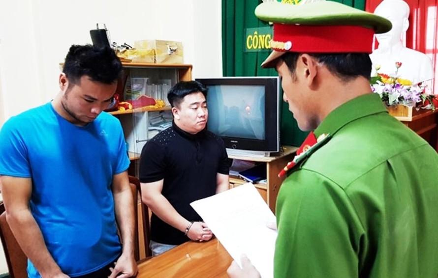 Đọc lệnh bắt tạm giam Lê Hải Nam (áo đen) và Lưu Văn Thiện