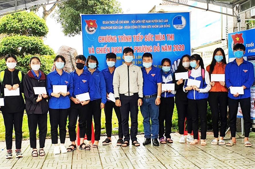 Huyện Đoàn Bảo Lâm trao học bổng cho thí sinh nghèo.