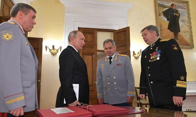 Từ trái qua phải, Tổng tham mưu trưởng quân đội Nga Valery Gerasimov, Tổng thống Nga Vladimir Putin, Bộ trưởng Quốc phòng Nga Sergei Shoigu và Phó đô đốc Igor Kostyukov trong dịp lễ kỷ niệm 100 năm ngày thành lập GRU, 2/11/2018.