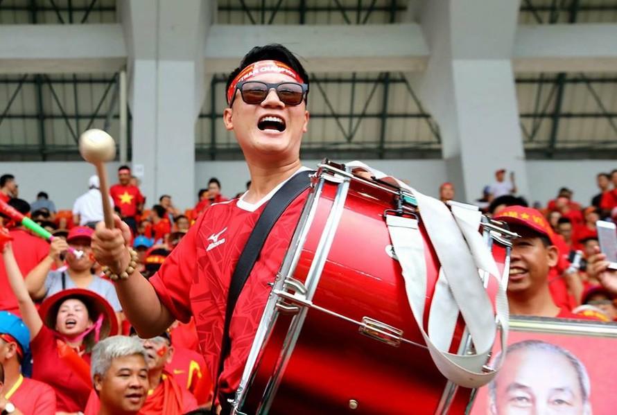 Hoàng Bách cùng nhiều nghệ sĩ Việt có mặt ở Jakarta để cổ vũ đội tuyển Olympic Việt Nam trong trận đấu gặp Olympic Hàn Quốc