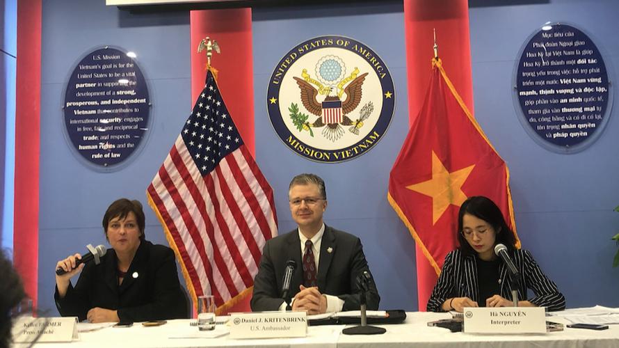 Đại sứ Mỹ Daniel Kritenbrink (giữa) trong cuộc họp báo ngày 7/4. (Ảnh: Thu Loan)